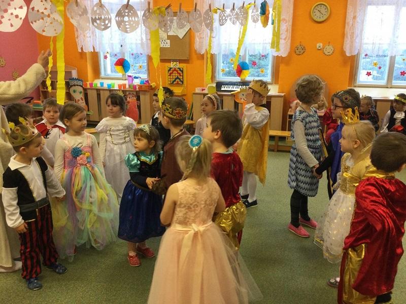 Maškarní karneval plný princů a princezen